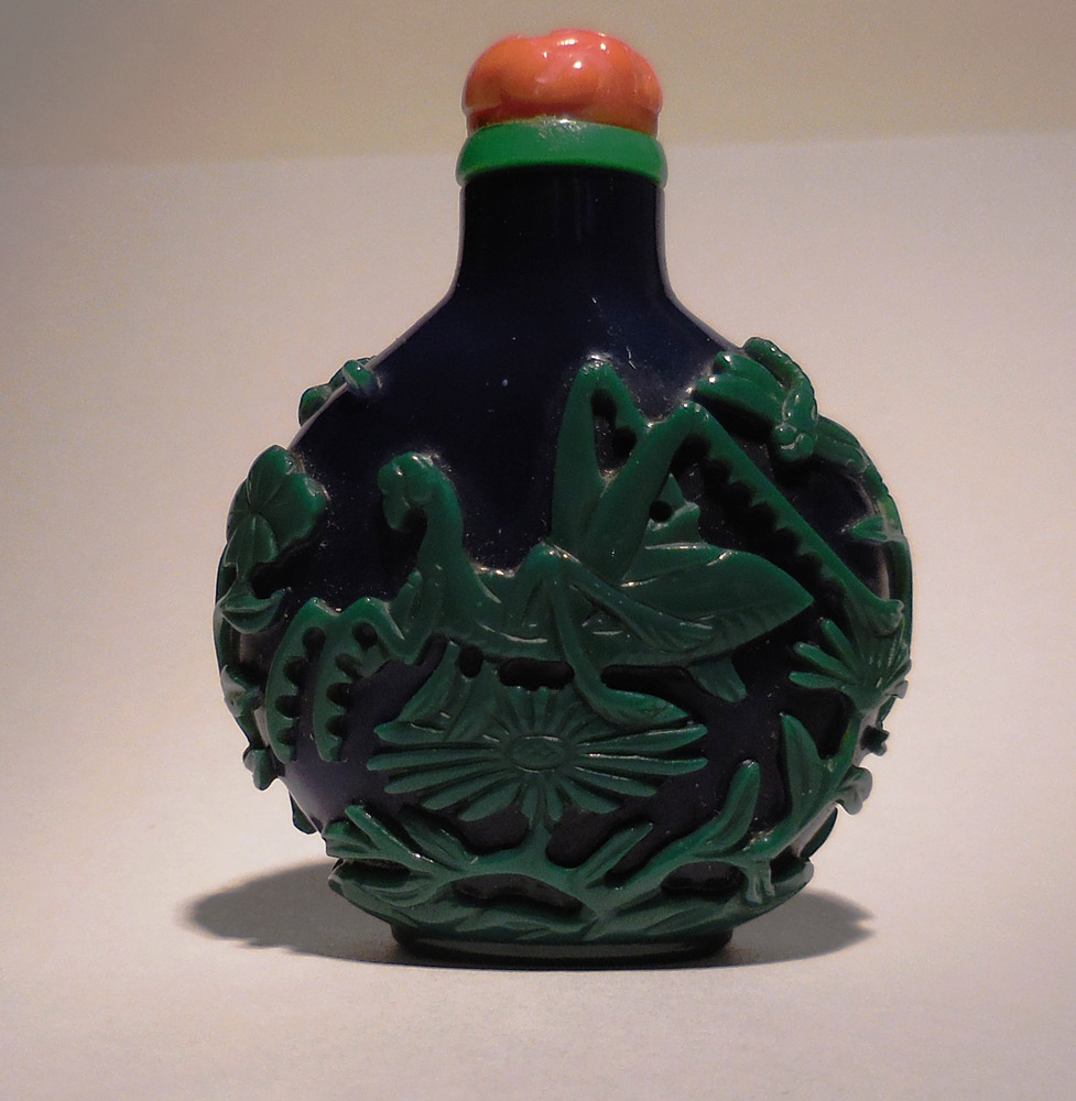Overlay glass snuff bottle with green grasshopper on cobalt blue ground